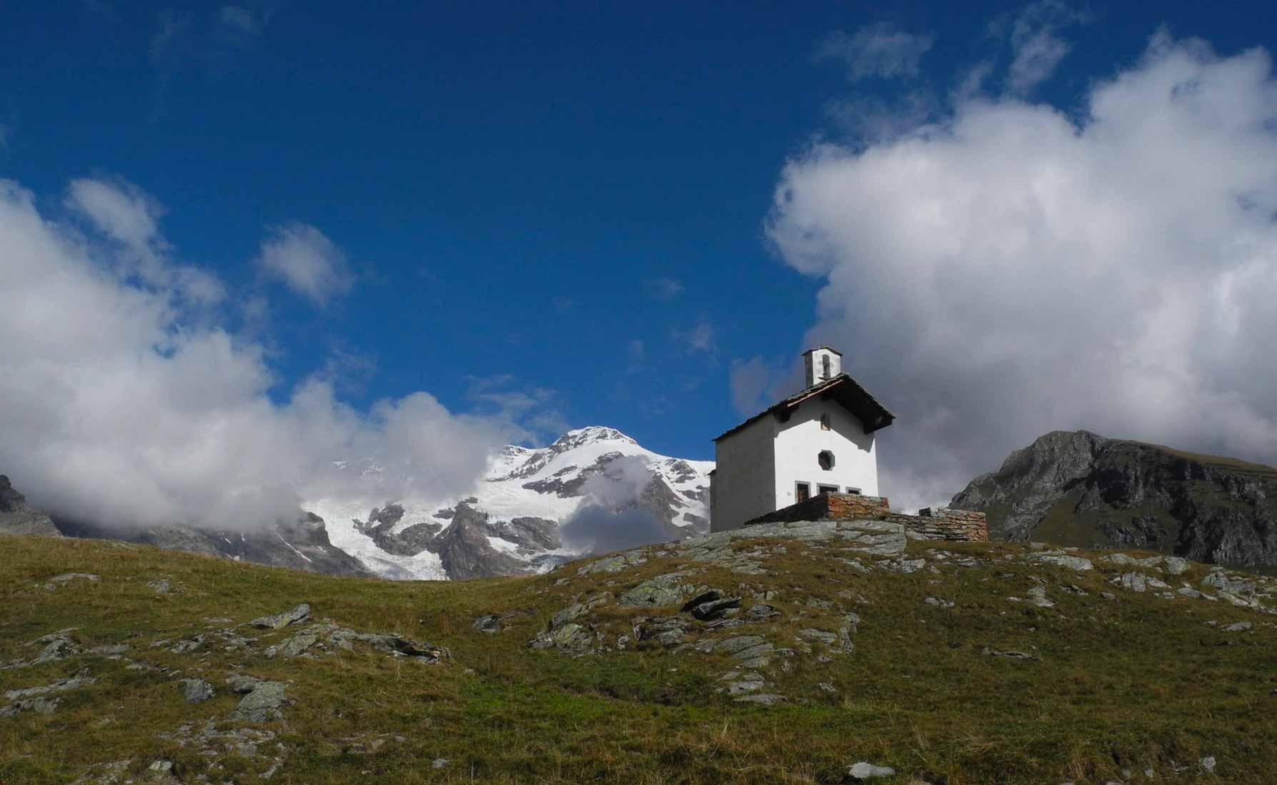 La bianca Cappella di Sant'Anna a 2812 metri d'altitudine