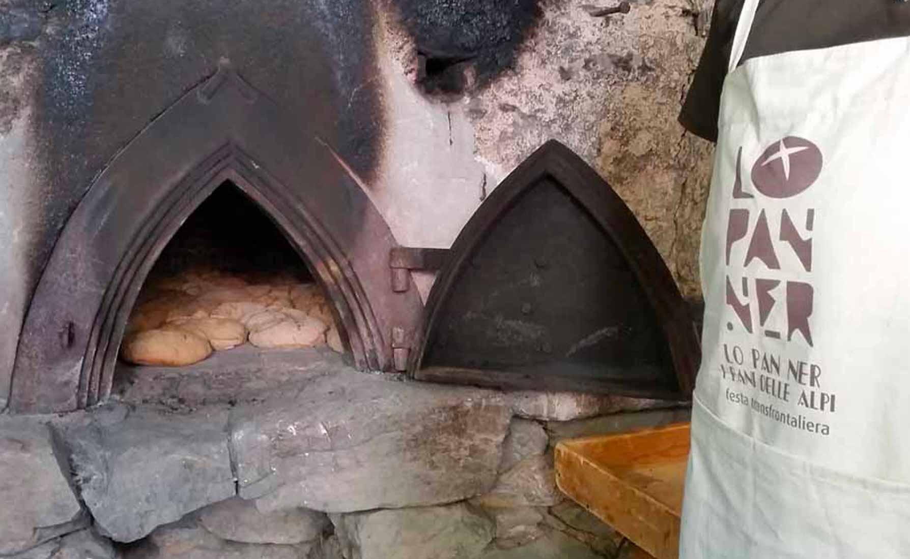 """L'antico forno messo in funzione durante la sagra autunnale """"Lo Pan Ner"""""""