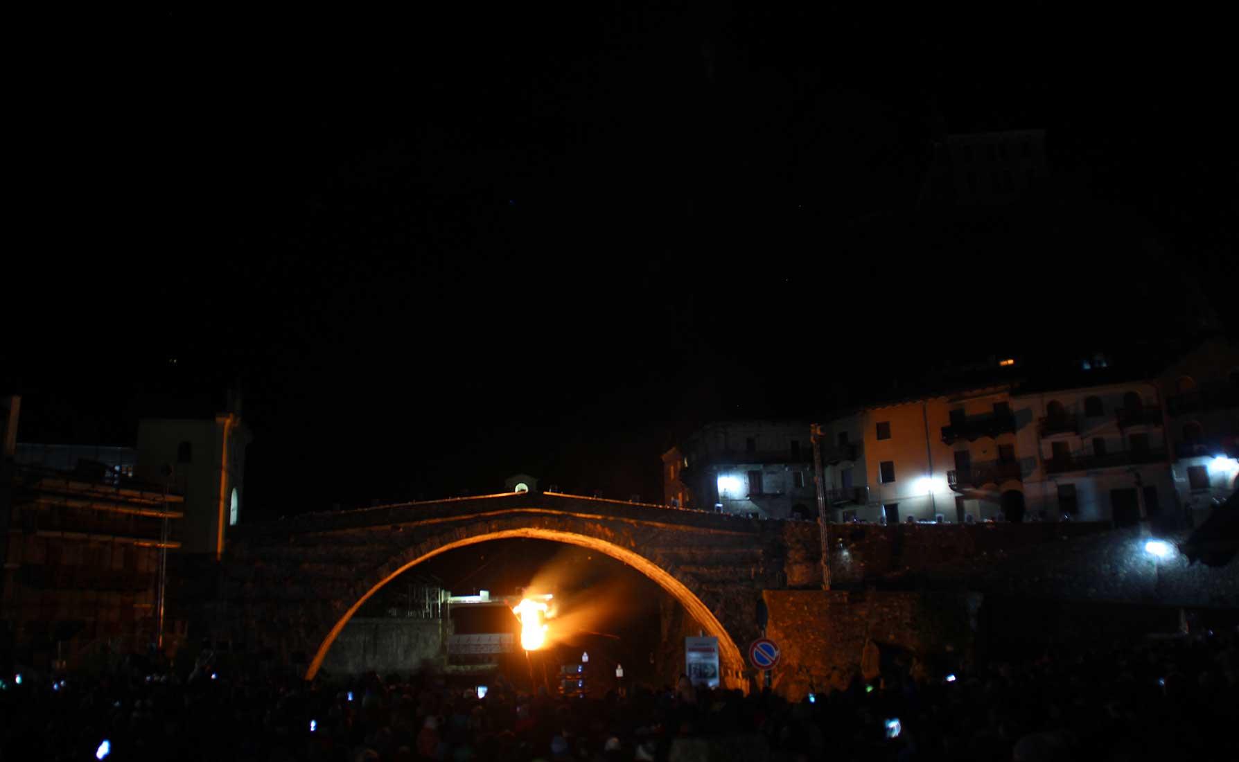 Il rogo del Diavolo sotto il ponte romano