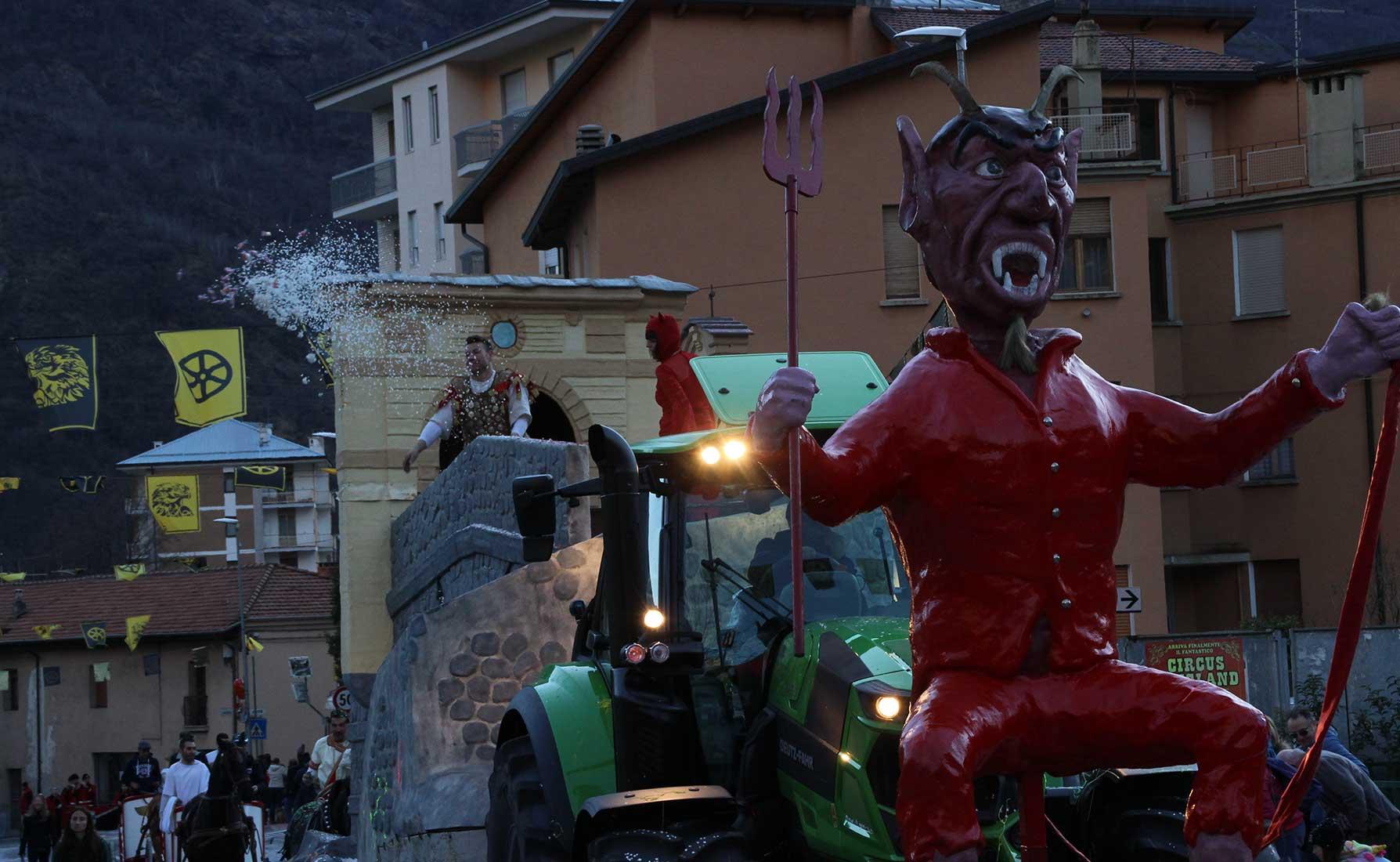 Il Diavolo e San Martino sfilano tra le vie del centro storico