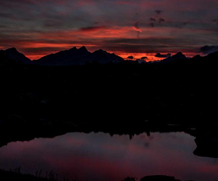 Il tramonto rosso fuoco tra le vette del Mont Nery, le Dames de Challant e il Colle Dundey