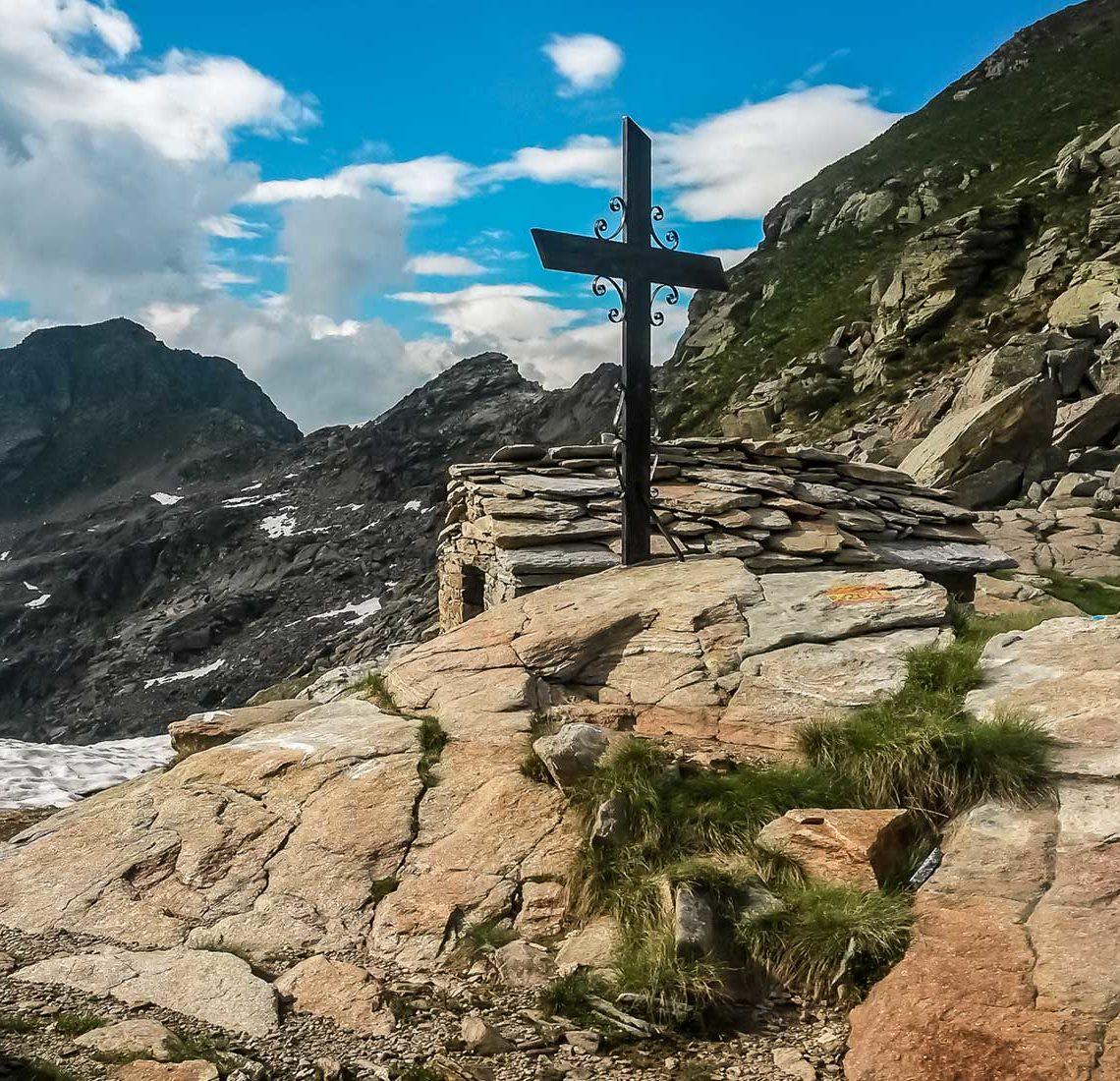 La croce e il riparo al Colle della Barma