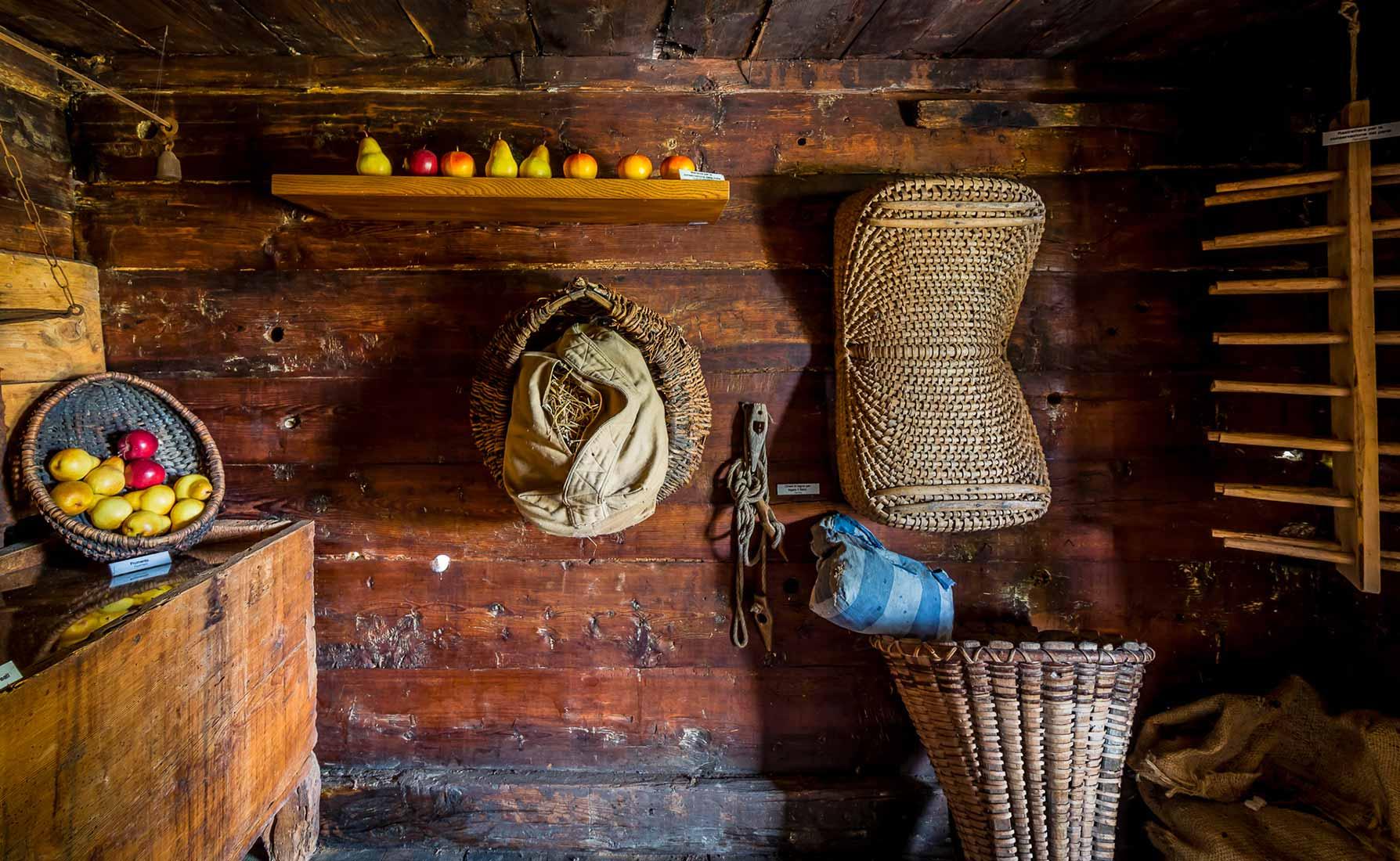 Una parte del granaio. A destra la rastrelliera per la conservazione del pane.