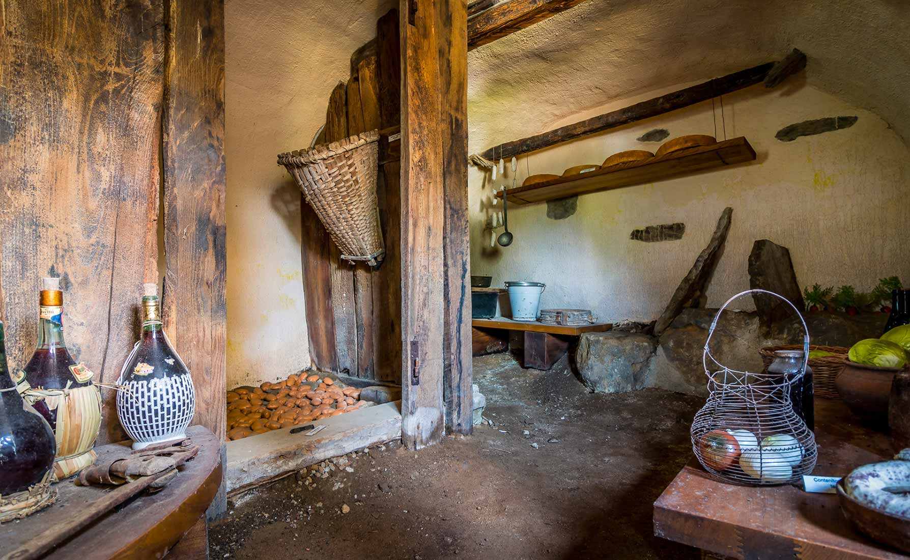 La cantina in cui erano conservati i formaggi, i salami e gli ortaggi.