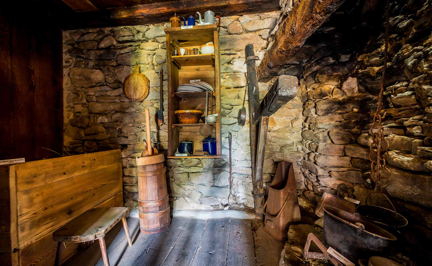 La stanza del camino con le stoviglie, le pentole per cucinare e lavorare il latte