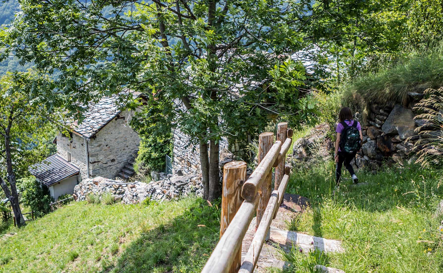 La discesa lungo la mulattiera che porta all'antico forno nel villaggio di Farettaz