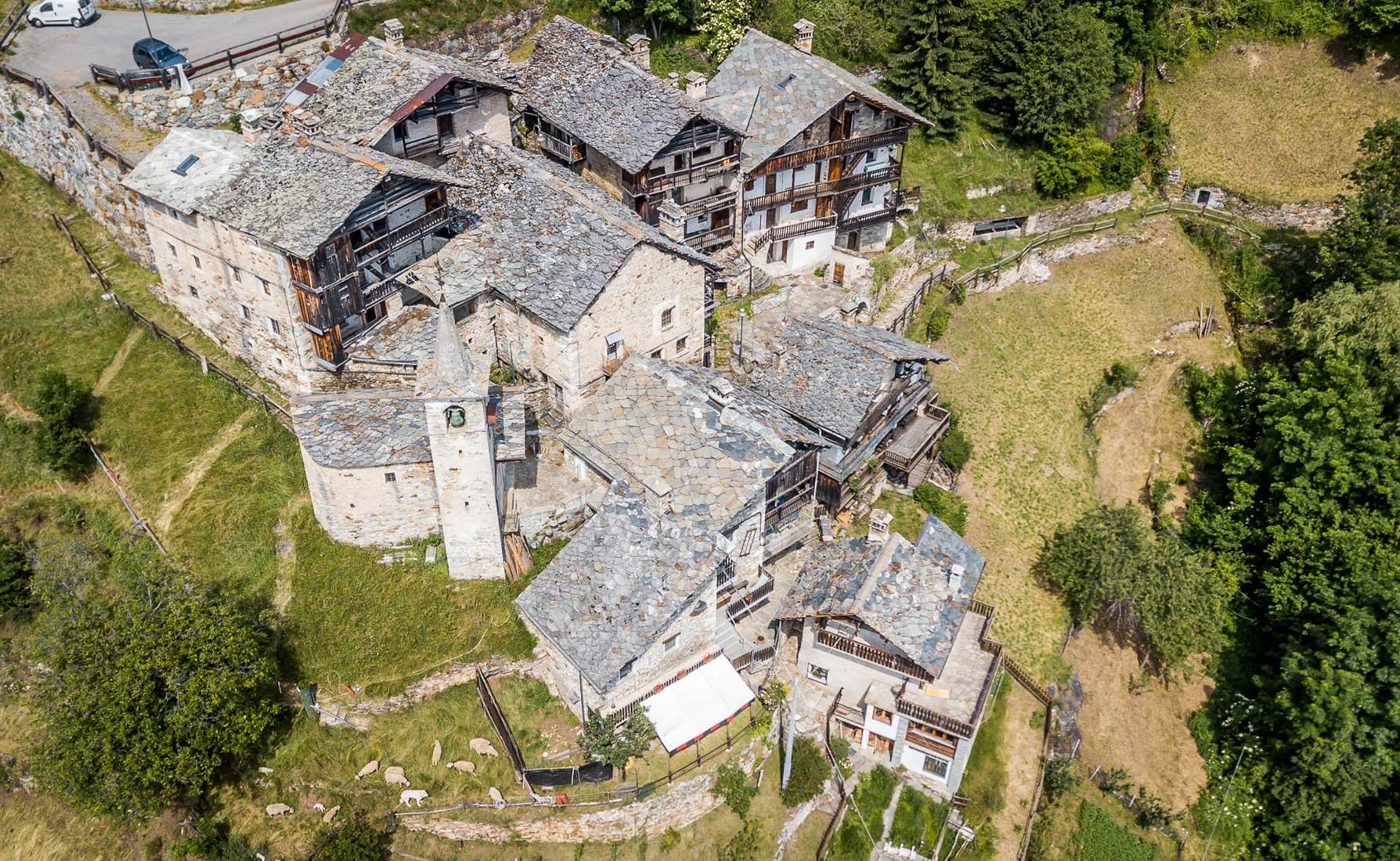 Il villaggio di Farettaz dall'alto con la caratteristica cappella dedicata