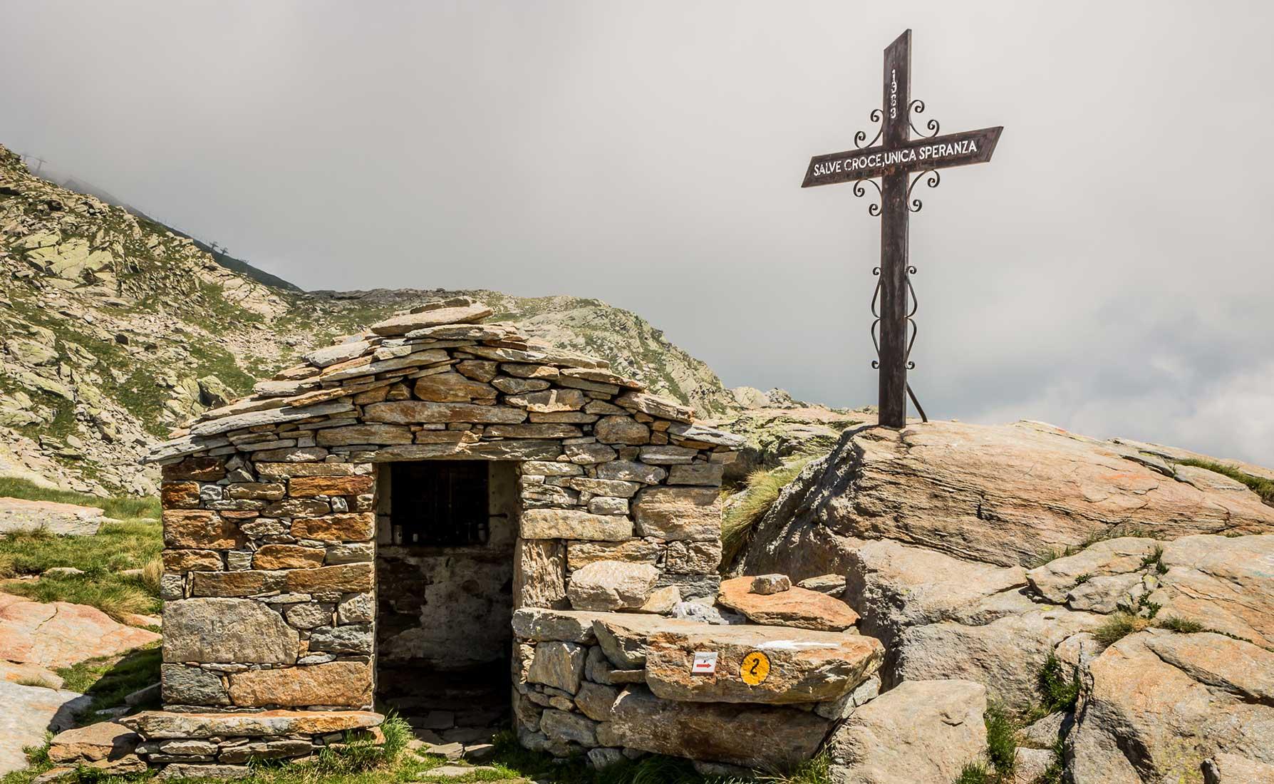 La croce e il riparo al Colle della Barma a 2256 metri di altitudine