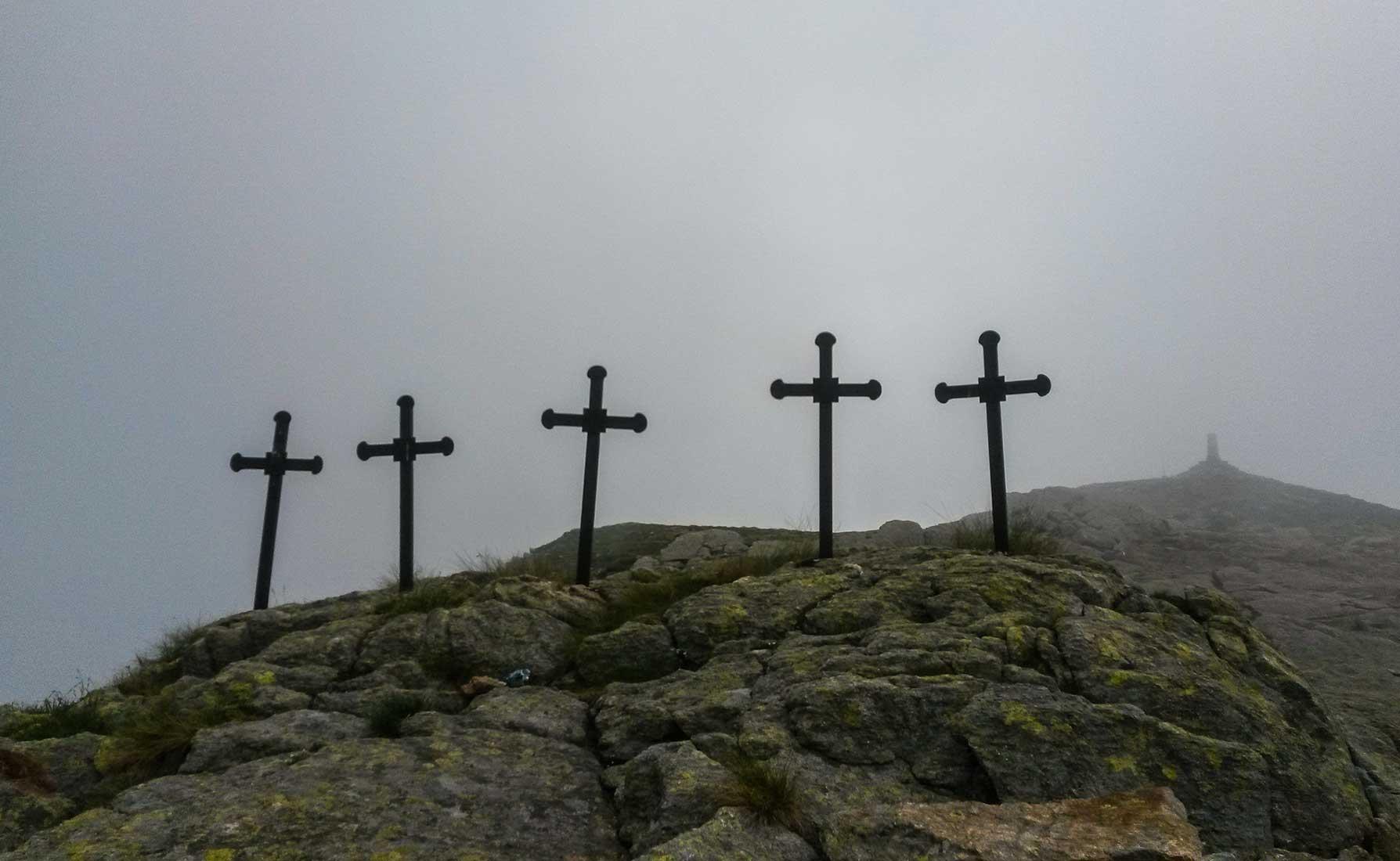 Le Cinque Croci erette a ricordo di cinque giovani valdostani travolti da una slavina nel 1787 nel viaggio di ritorno dalla processione