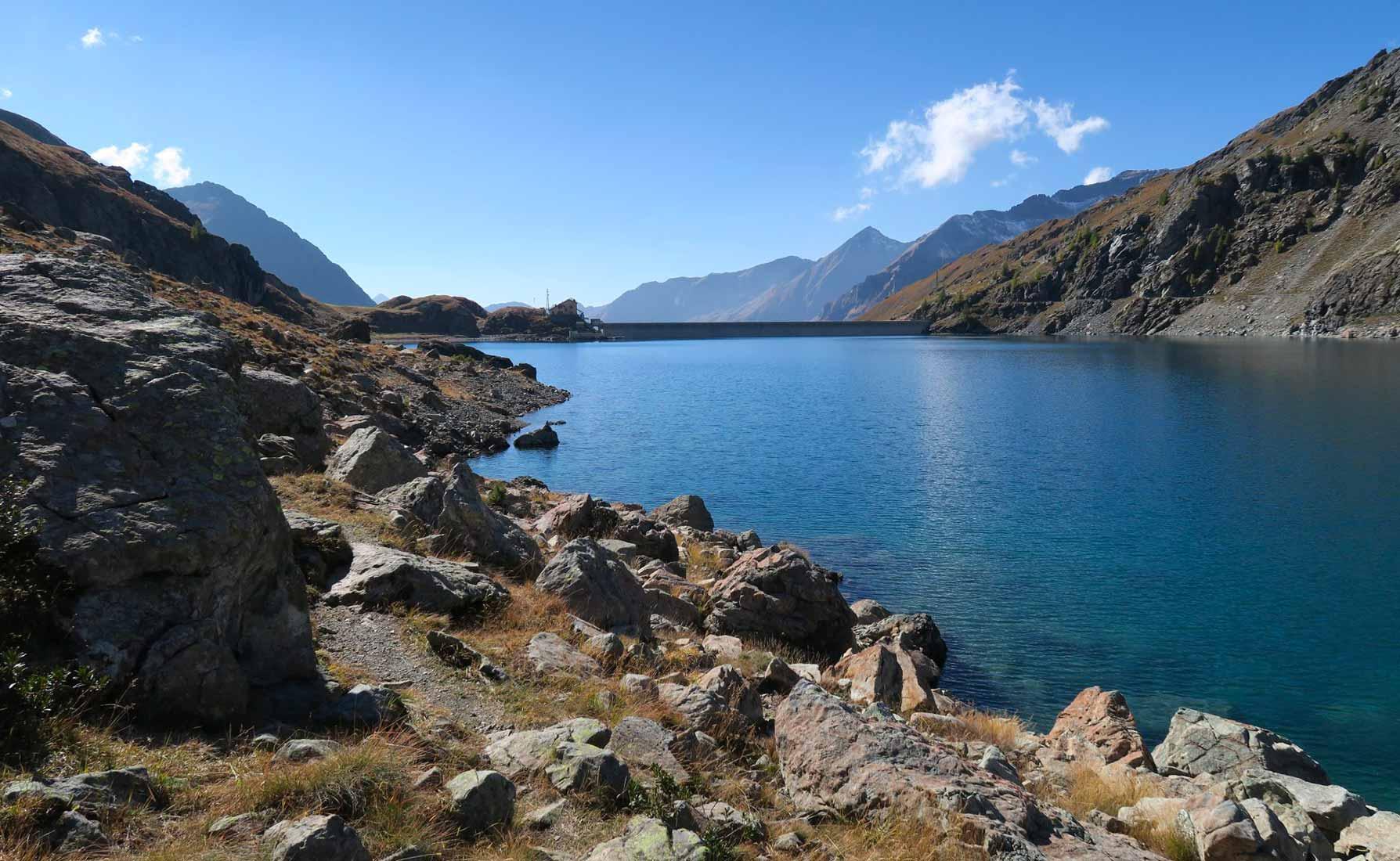 Sulle sponde del Lago Gabiet a 2371 metri d'altitudine.