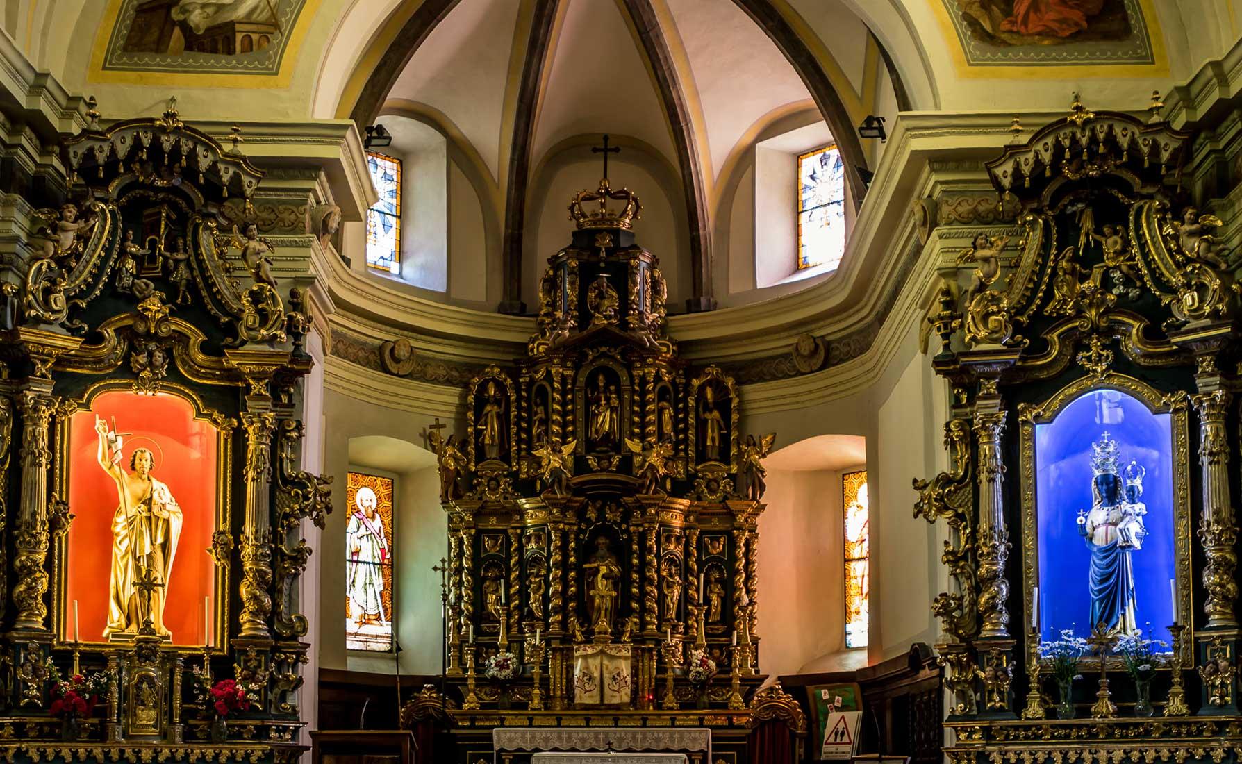 Il presbiterio con abside rotonda risalente al XV secolo.