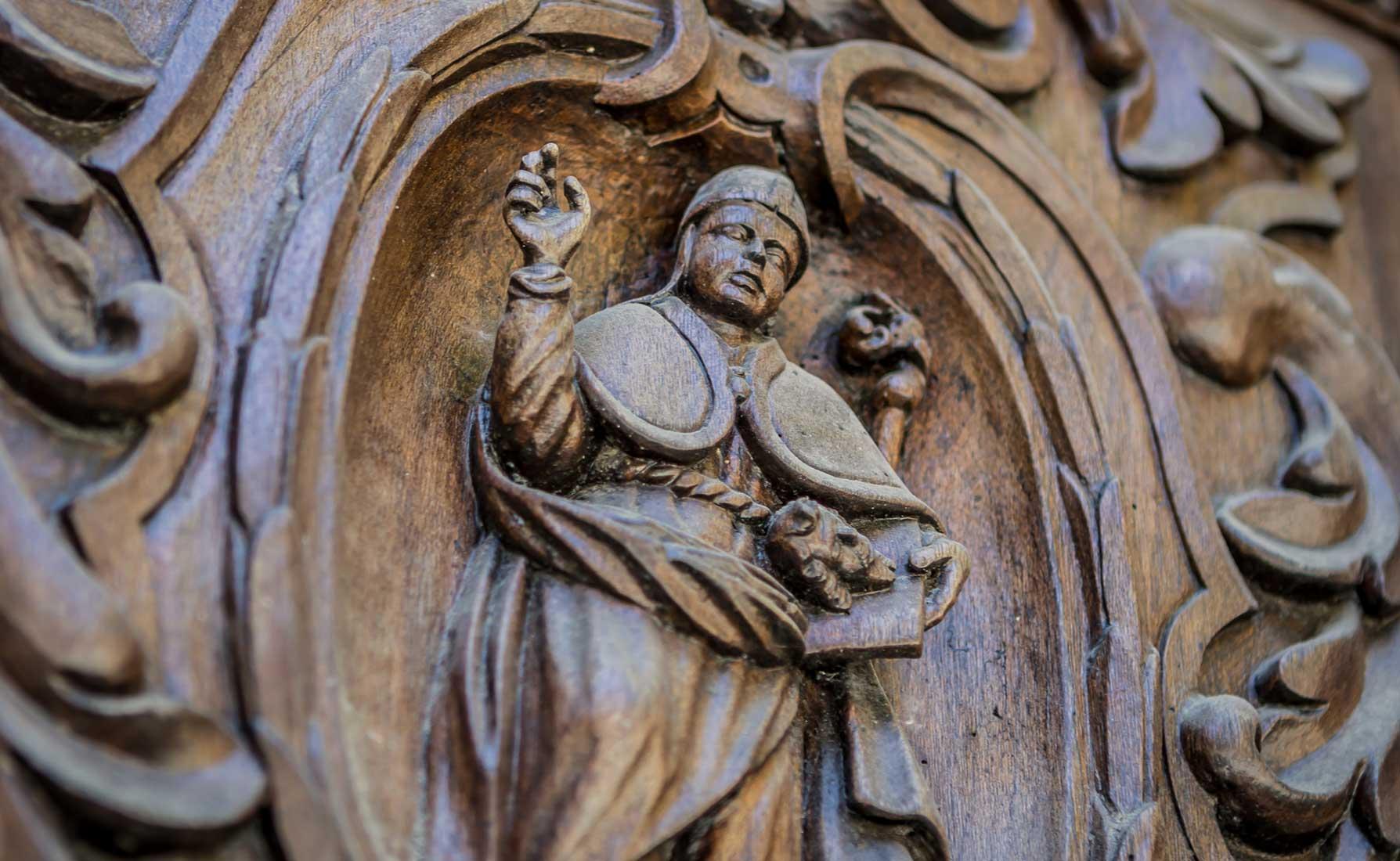 Sant'Antonio Abate intagliato nel portale di legno del Seicento