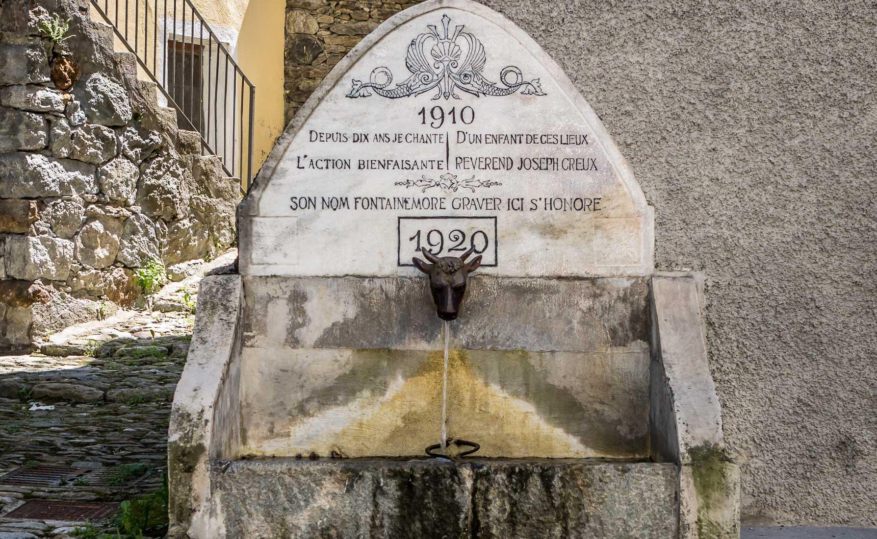 Fontana dedicata al reverendo Joseph Creux,originario di Fontainemore.