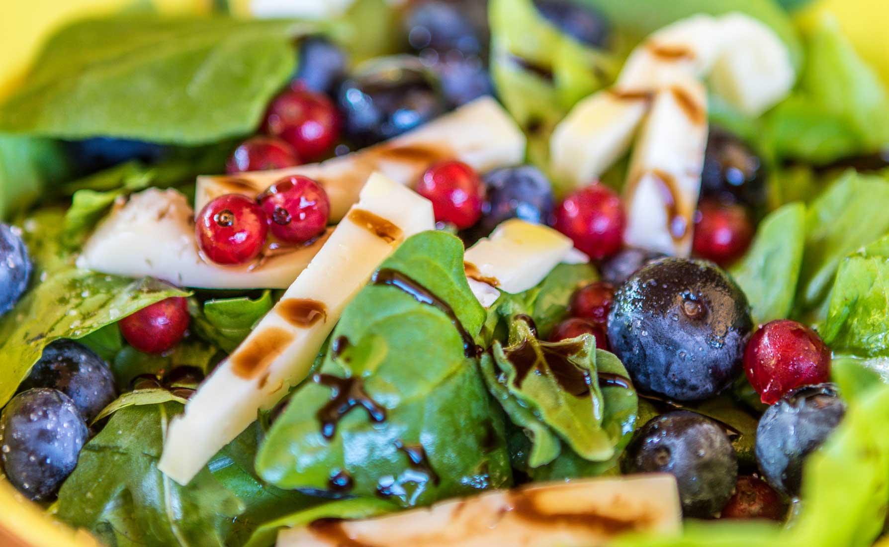 Misticanza con Toma di Gressoney e frutti di bosco al Ristorante Oropa
